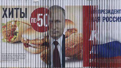 Mehrseitige Werbewand mit Wahl- und Fastfood-Werbung, Stavropol, Russland, 5. Februar 2018.