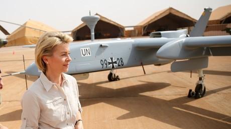 Die Bundesverteidigungsministerin Ursula von der Leyen auf Truppenbesuch in Mali. Im Hintergrund eine von der Bundeswehr geleaste Hedron-Drohne.