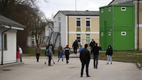 Migranten vor einer Flüchtlingsunterkunft in der Nähe von Ingolstadt im Februar 2016. Etwa jede vierte Entscheidung des Bundesamtes für Migration und Flüchtlinge über einen Asylantrag landet vor Gericht.