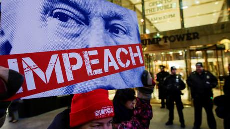Vor dem Trump-Tower in New York forderten Demonstranten am Donnerstag die Amtsenthebung des Präsidenten. Doch für dessen Gegner wird das politische Parkett immer rutschiger.