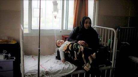 Ein krankes palästinensisches Kind wird von seiner Mutter gehalten: Durra-Krankenhaus in Gaza, das nur noch auf minimalem Niveau funktioniert.