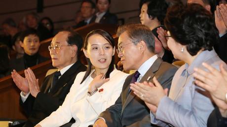 Kim Jo-yong, Schwester von Kim Jong-un, neben dem südkoreanischen Premierminister Moon Jae-in bei einem Konzertbesuch des nordkoreanischen Samjiyon-Orchesters, Seoul, Südkorea, 11. Februar 2018.
