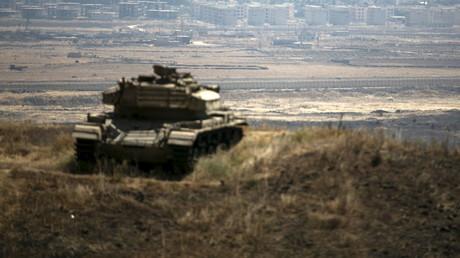 Das syrische Gebiet von Quneitra im Hintergrund, im Vordergrund ein israelischer Panzer auf einem Hügel, nahe der Waffenstillstandslinie zwischen Israel und Syrien, in den israelisch besetzten Golanhöhen, 21. August 2015,