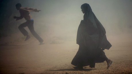 Somalische Flüchtlinge laufen weg von einem Staubsturm, ein Lager bei Dadaab (Grenze zu Kenia, Januar 2007, Quelle: Reuters) [Symbolbild]