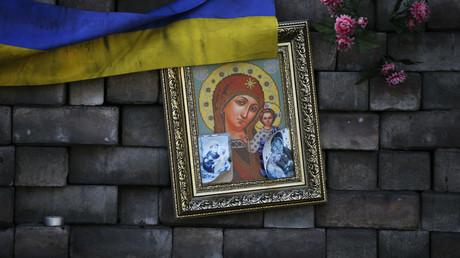 Eine Barrikade, die als Gedenkstätte für die Opfer der Auseinandersetzungen Anfang des Jahres hinterlassen wurde, ist mit einer Ikone, einer ukrainischen Flagge und Blumen auf dem dem Maidan in Kiew am 23. Mai 2014 geschmückt.
