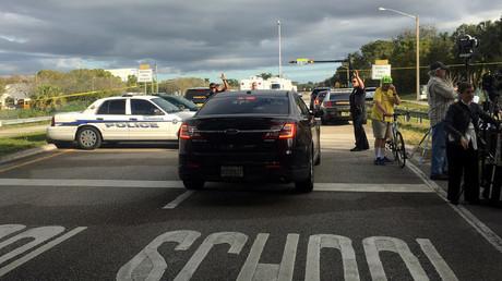 Polizei im Einsatz nahe der Marjory Stoneman Douglas High School, Parkland, Florida, wo ein Teenager 17 Menschen tötete und viele weitere verletzte.