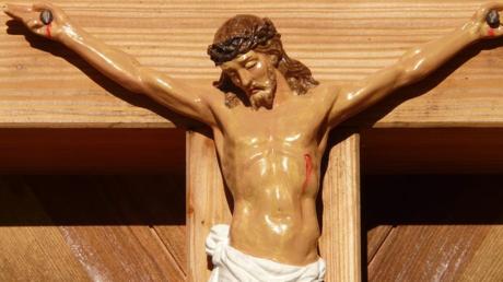 Vor 1200 war die Darstellung Jesu am Kreuz als Leidender oder Toter selten. Mit der Gotik setzten sich die Korpus-Darstellungen Jesu als von Schmerzen Geplagtem oder bereits Gestorbenem mit Dornenkrone durch.