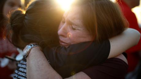 Anwohner und Angehörige Trauern nach dem jüngsten Amoklauf an einer US-Schule
