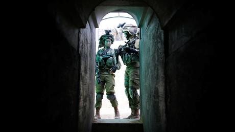 Israelische Soldaten der Nahal Infanterie-Brigade vor einem unterirdischen Tunnels auf einer Armeebasis in der Nähe von Arad, Südisrael.