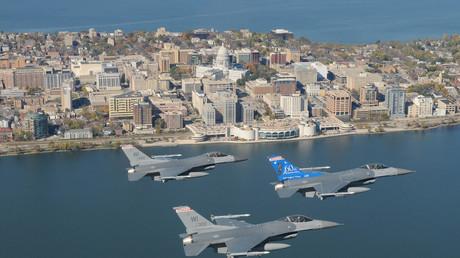 Symbolbild: F-16 Staffel fliegt über die Hauptstadt von Wisconsin, Madison