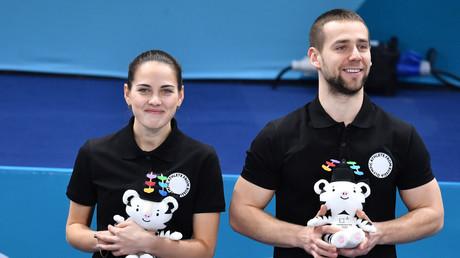 Alexander Kruschelnizki (r.) und Anastassija Brysgalowa gewannen bei den Olympischen Spielen in Südkorea Bronze-Medaille in Curling-Mixed.