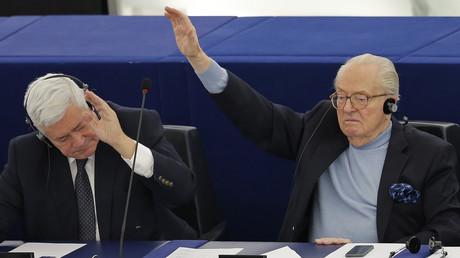 Jean-Marie Le Pen (R) und sein Parteikollege vom Front National, Bruno Gollnisch, während einer Abstimmungssitzung im Europäischen Parlament in Straßburgam 24. November 2015.