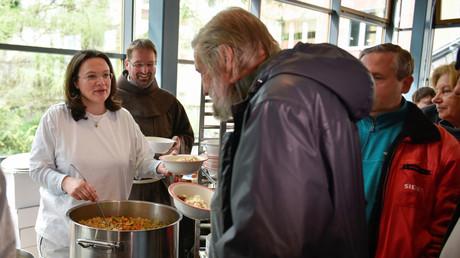 Symbolbild: Bundesarbeitsministerin Andrea Nahles serviert Suppe in einer Berliner Suppenküche, Deutschland, 11. April 2017.