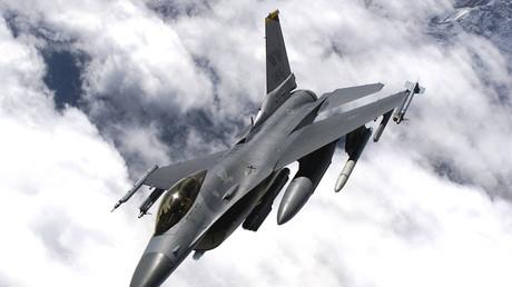 Amerikanische F-16 Militärmaschine über Japan, 19. September 2001.