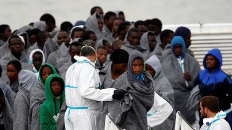 Flüchtlinge aus Afrika beim Verlassen eines Bootes in Catania, Italien, 16. November 2016.