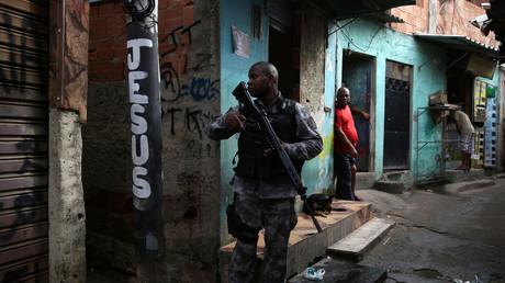 Ein Militärpolizist patrouilliert im Slum von Kelson in Rio de Janeiro, Brasilien, am 20. Februar 2018.