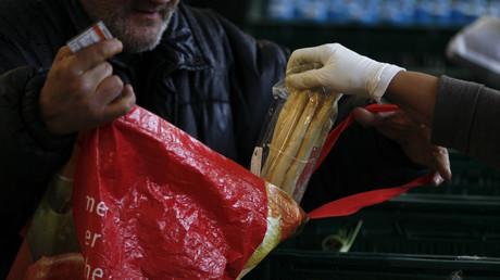 Ein Mann erhält Lebensmittel bei der Dortmunder Tafel, Deutschland, 20. März 2013.