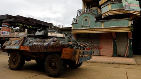 Ein gepanzertes Fahrzeug der philippinischen Armee während eines Einsatzes gegen die sogenannte Maute-Gruppe in Marawi City, Philippinen, am 30. Juni 2017.