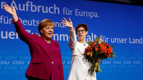 Parteivorsitzende Angela Merkel und die neue CDU-Generalsekretärin  Annegret Kramp-Karrenbauer. Nach fast 18 Jahren unter Vorsitz Merkels braucht die Partei dringend eine Erneuerung. Ob die mit Kramp-Karrenbauer kommt, wird sich zeigen.