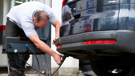 Ein Kfz-Mechaniker misst die Abgasemissionen an einem Diesel-Auto in Eichenau im Jahr 2017. Nun könnten ältere Modelle von Diesel-Fahrzeugen in die Balkan-Länder verkauft werden.