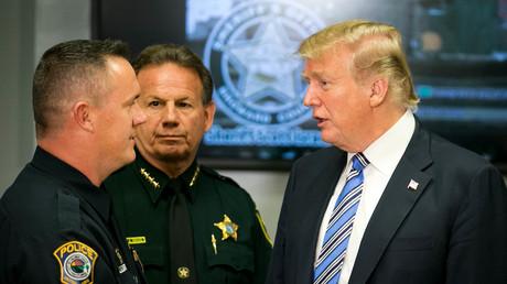 Trump im Gespräch mit dem Polizisten Mike Leonard, der denn Amokläufer überwältigte. In der Mitte: Scott Israel, der nun selbst immer stärker in der Kritik steht.