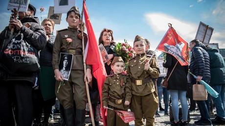 9. Mai 2017, Berlin: Am Jahrestag des Sieges über den Nazi-Faschismus kommen Menschen zum Gedenken zusammen. Manche tragen Bilder ihrer Vorfahren, die einst in der Roten Armee dienten.
