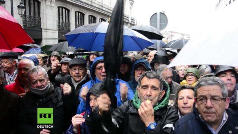 """""""Ihr Diebe!"""" - Tausende Rentner ziehen wegen niedriger Altersbezüge gegen Regierung auf die Straße"""