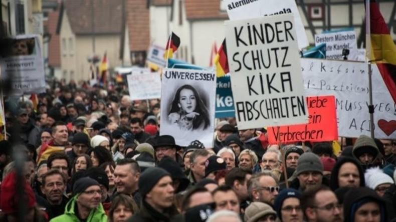 Zwei Straßen, zwei Welten – Tausende demonstrierten in Kandel