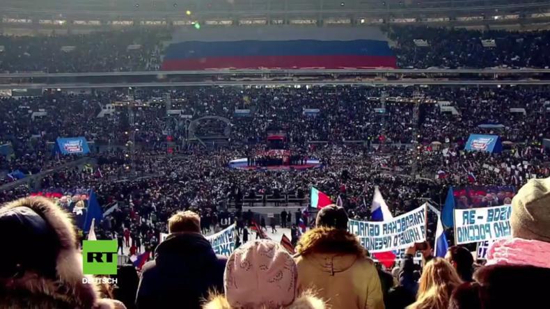 Russland: Putin singt mit seinen Anhängern die Nationalhymne