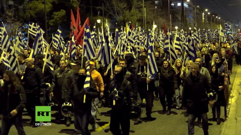 Athen: Rechtsextreme marschieren vor türkischer Botschaft auf und verbrennen Türkei-Flaggen