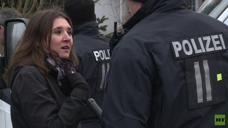 Hinter den Kulissen: Protestler bedrängen RT-Reporterin in Kandel - Polizei schaut zu (Video)