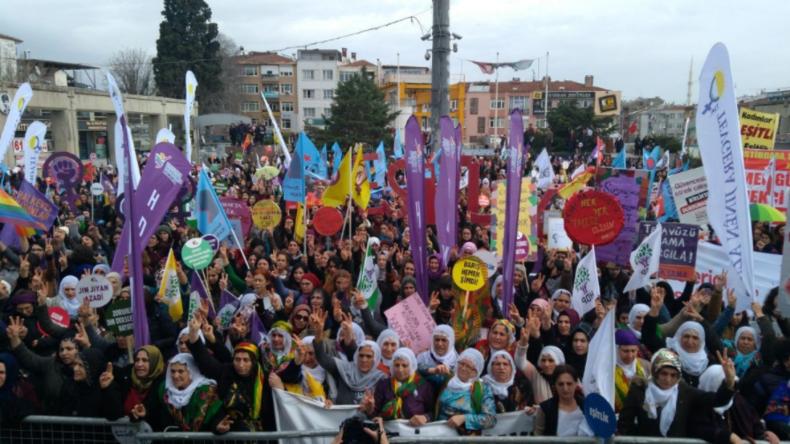 Türkei: Frauen ziehen gegen türkische Militäroffensive in Afrin auf die Straßen