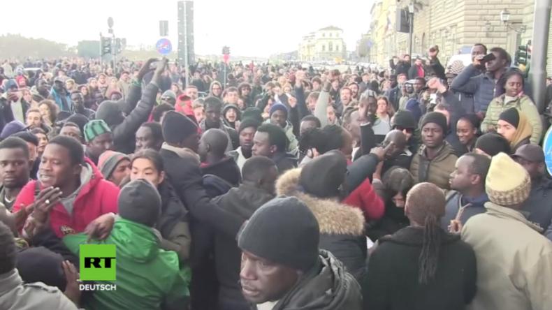 Proteste nach Migranten-Mord in Florenz - Protestler bespucken und verjagen Bürgermeister