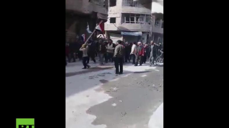 """Ost-Ghuta: """"Die haben ihr Land verkauft"""" - Protest für die Syrische Armee und gegen den Terror"""