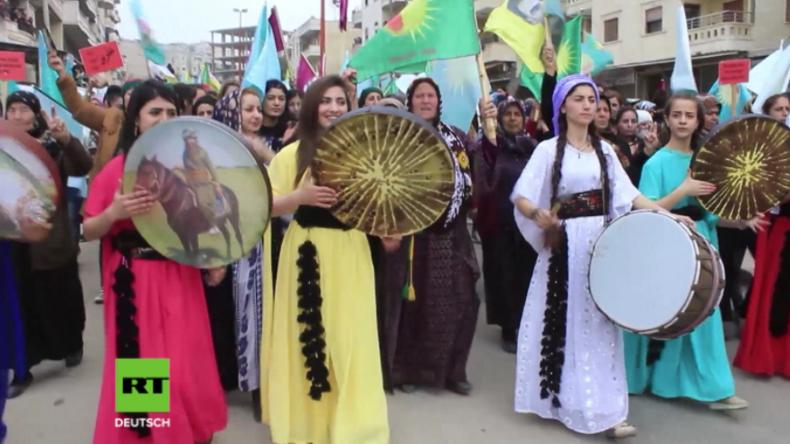 Afrin: Tausende Frauen ziehen gegen türkische Militäroffensive auf die Straße