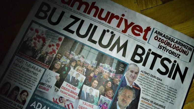 """Zwei """"Cumhuriyet""""-Journalisten verlassen nach gut einem Jahr U-Haft das Gefängnis"""