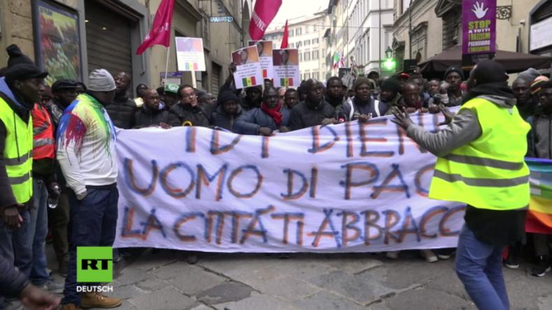 Über 10.000 Menschen marschieren nach Mord an afrikanischem Straßenverkäufer durch Florenz