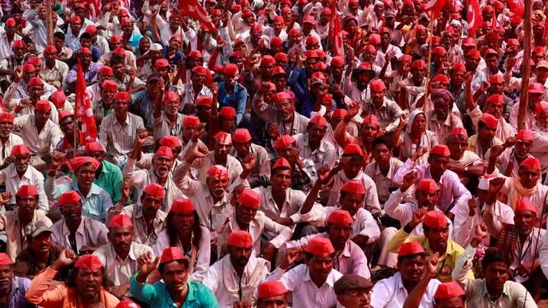 """""""March & Charge"""" in Indien: Bauern tragen während eines Protestmarsches Solarzellen auf dem Kopf"""