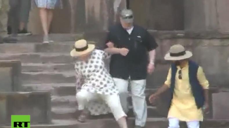 Indien: Hillary Clinton fällt gleich zweimal fast die Treppe hinunter und muss barfuß weiterlaufen