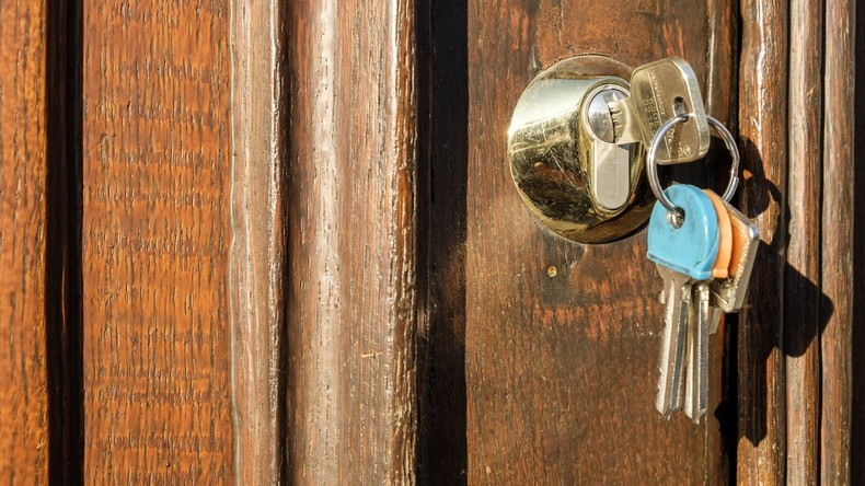 Angetrunkene Britin genießt Morgen ohne Sorgen dank Fotobeweisen von abgeschlossenen Haustüren