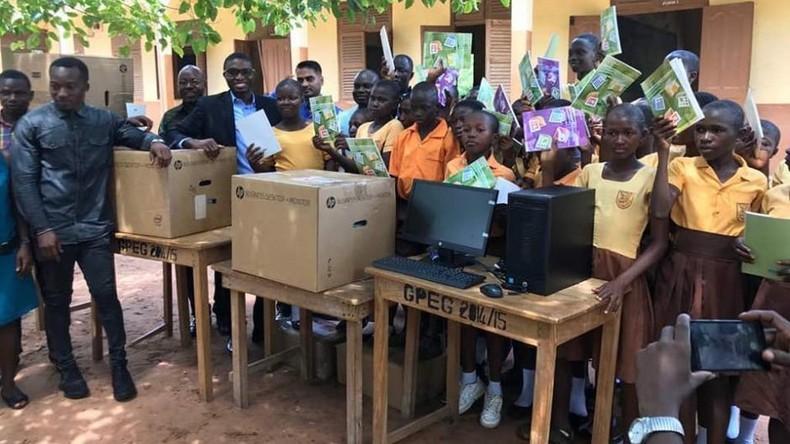 Ghanaische Schüler studieren Microsoft Word an Tafel und bekommen echte Computer geschenkt