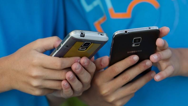 Gehirn-OP nach 20 Stunden am Handy - Chinesin verkürzt lange Zugfahrt mit schädlichem Zeitvertreib