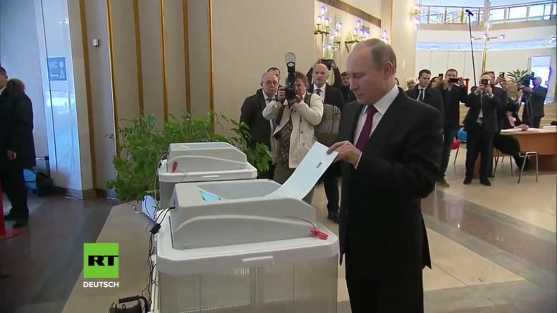 Wladimir Putin gibt seine Stimme bei den Präsidentschaftswahlen ab