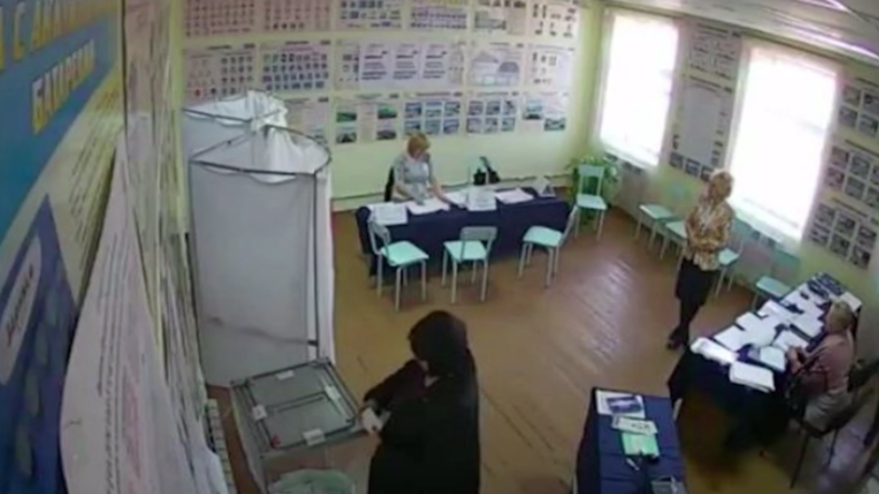 Russland - Wahlbetrug? Mitarbeiterin eines Wahllokals soll Wahlurne mit Stimmzetteln befüllt haben