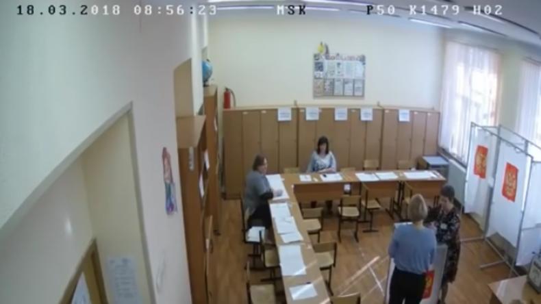 Wahlen in Russland: Video zeigt Frauen in Wahllokal, die Wahlurne mehrfach mit Stimmen befüllen