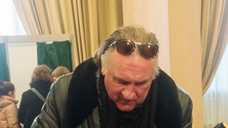 Gerard Depardieu stimmt bei den russischen Präsidentschaftswahlen ab