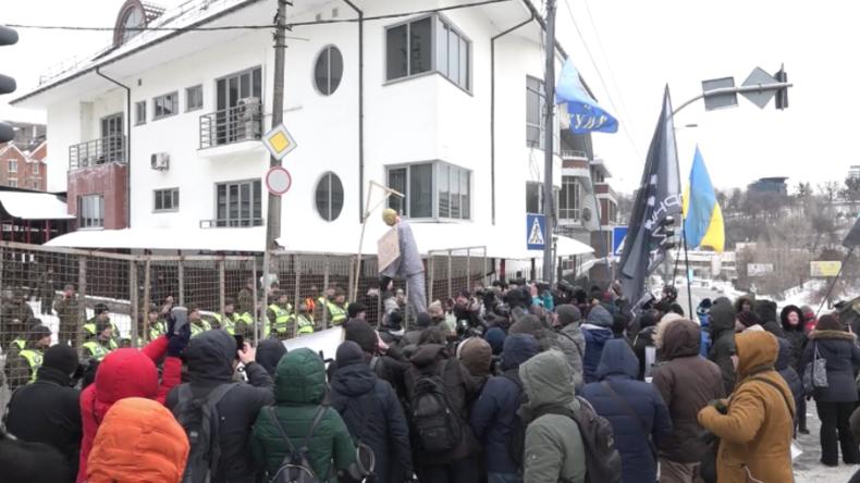 """Kiew: Blanker Hass – Rechtsradikale bewerfen russisches Konsulat mit Eiern und """"erhängen"""" Putin"""