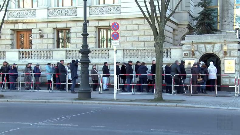 Berlin und Frankfurt am Main: Russen stimmen bei Präsidentschaftswahl in russischen Botschaften ab