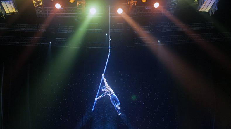 Akrobat des Cirque du Soleil stürzt vor Publikum in den Tod