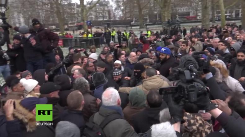 London: Links gegen Rechts eskaliert - Dutzende stoßen bei Auftritt von Tommy Robinson zusammen